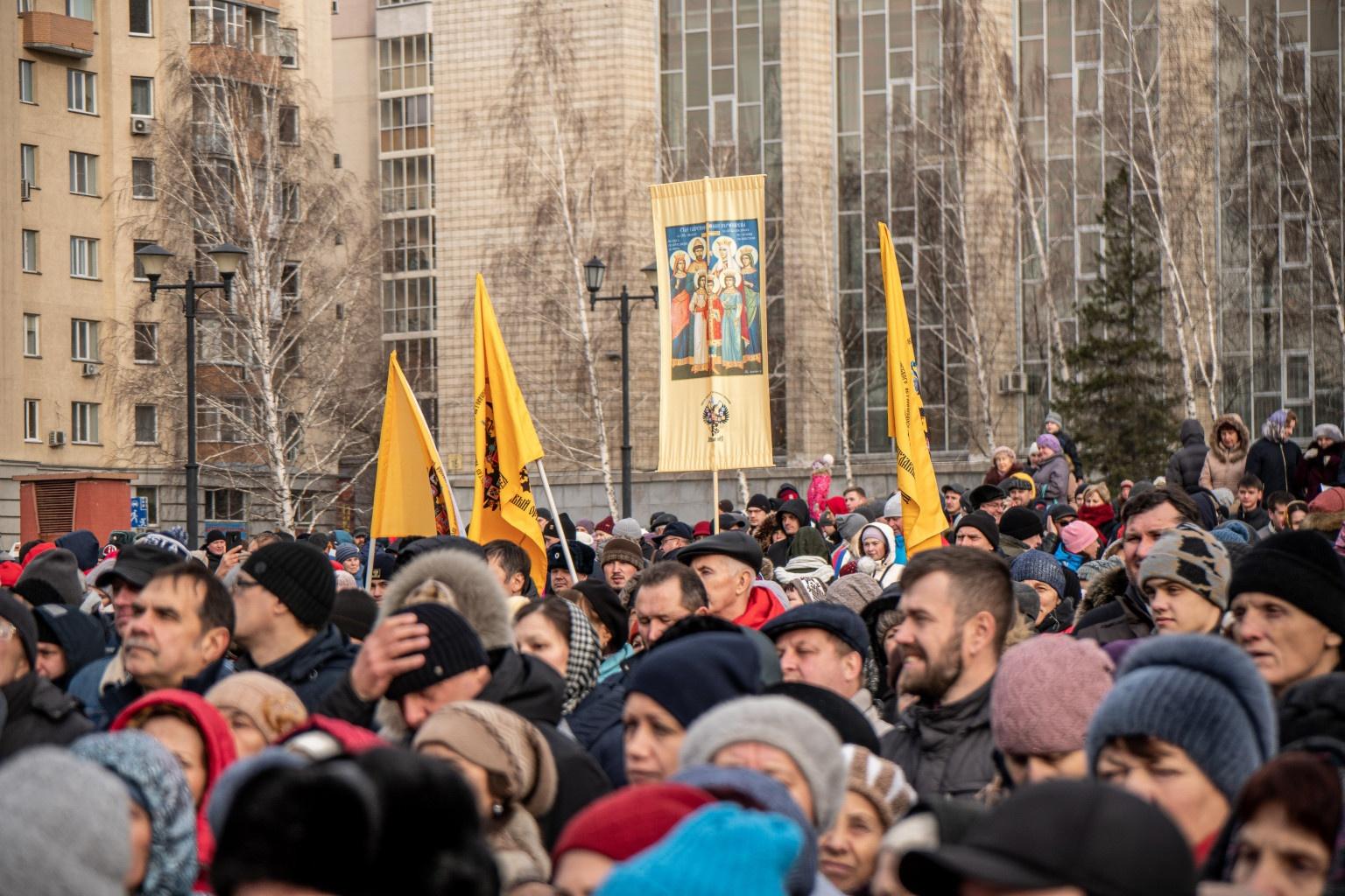 Праздничная программа началась с радиоконцерта — исторической зарисовки на тему освобождения Москвы в 1612 году народным ополчением под предводительством Кузьмы Минина и Дмитрия Пожарского