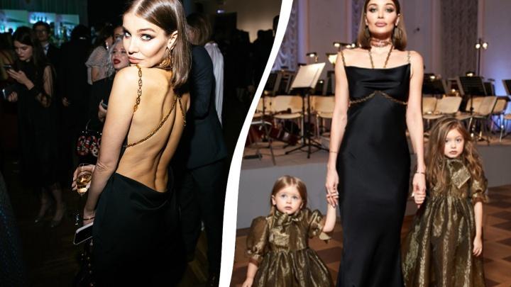 Пускают только звёзд: ярославская модель Дарья Коновалова приехала в платье от Versace на бал Tatler