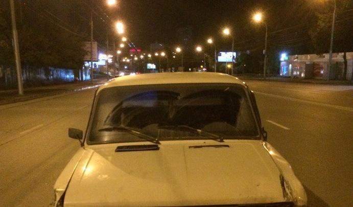 «Серёга, ты что творишь»: на Лежена водитель «семёрки» врезался в припаркованные автомобили