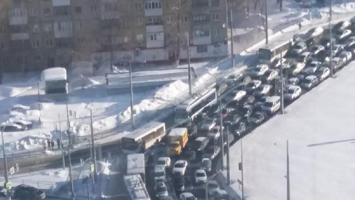 Из-за перевернувшегося на Московском шоссе грузовика в Самаре изменили движение автобусов