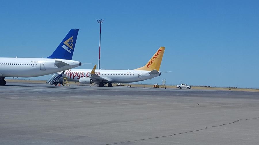 Летевший из РФ вТурцию самолет сел вКазахстане из-за отказа мотора