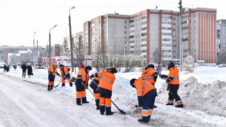 «Очень не хватает водителей»: в мэрии рассказали, когда очистят завалы после выходных снегопадов