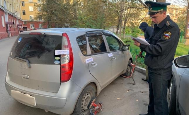 Женщина задолжала банкам 440 тысяч рублей по кредитам и рискует лишиться машины