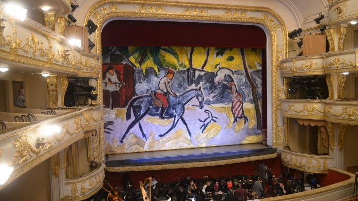 Оперный театр показал новые занавесы, на одном из которых изображена картина «Улица в провинции»