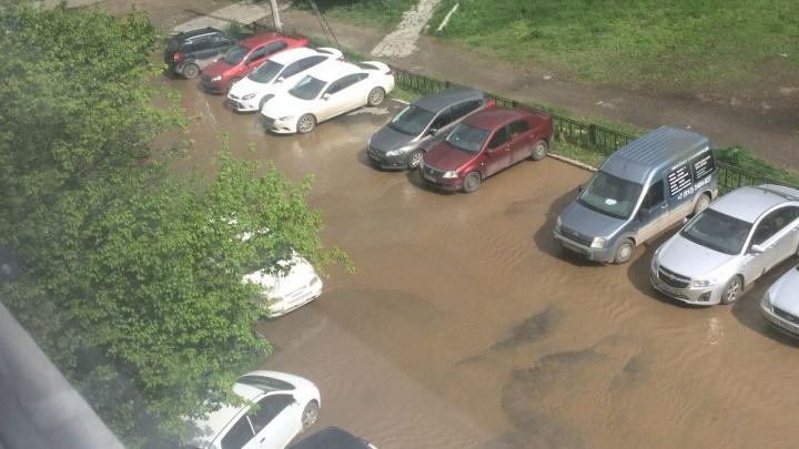 На ЖБИ из-за прорыва трубы затопило дворы