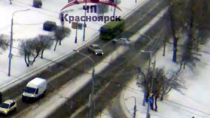 «Очень скользко»: утренний снегопад и скользкие дороги стали причинами аварий