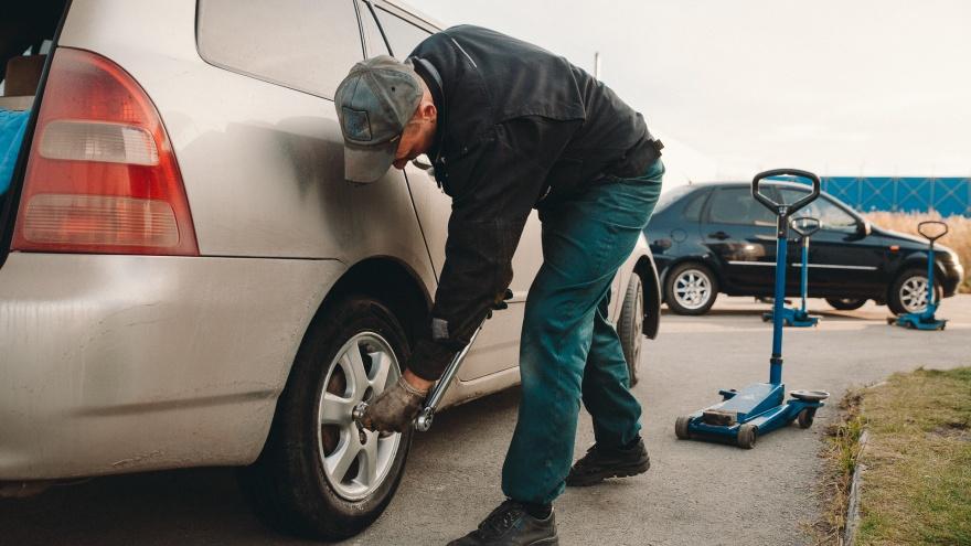 Дорожники просят тюменских водителей сменить летнюю резину. Когда стоит это сделать?
