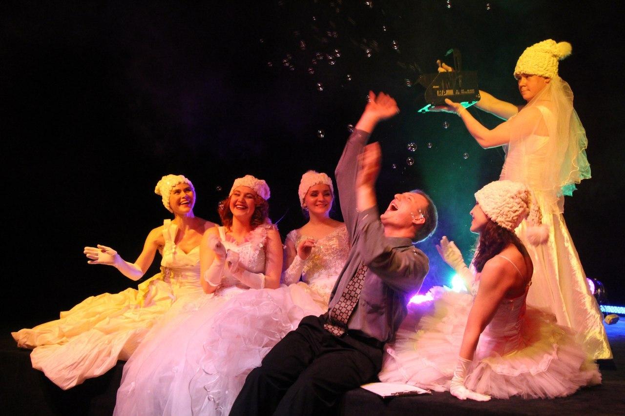 На этих выходных можно будет увидеть ретроспективный показ спектакля «Жены Синей Бороды»