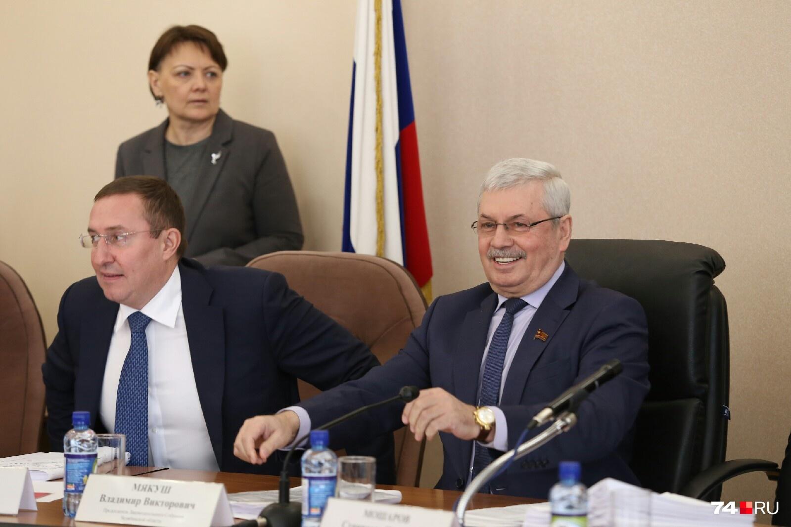 Владимир Мякуш (справа) пребывает в прекрасном расположении духа, по всей видимости, заранее уверен в результате голосования
