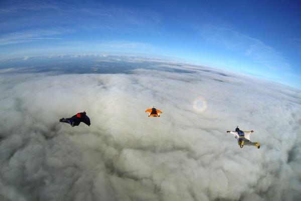 Спортсмены совершили прыжок в вингсьютах, собрав в воздухе ромб