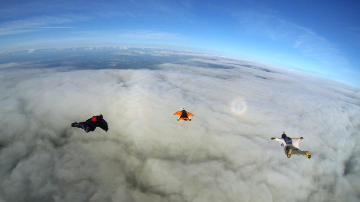 Видео: четверо новосибирцев в костюмах-крыльях сделали ромб в небе