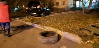 Дорогой внедорожник ударился о дерево, вылетел на тротуар, а затем застрял на газоне