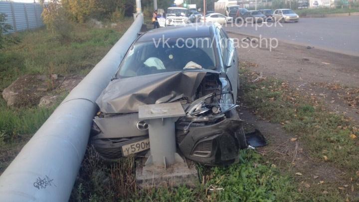 На Семафорной водитель уходил от столкновения на соседнюю полосу и устроил аварию