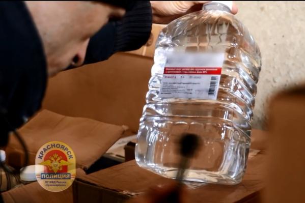 В канистрах на складе хранился этиловый спирт