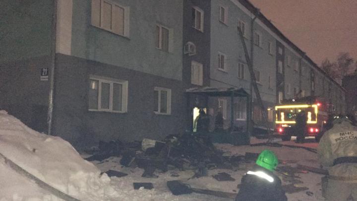 По лестнице эвакуировали двух детей: жители дома на Пархоменко из-за пожара оказались ночью на улице