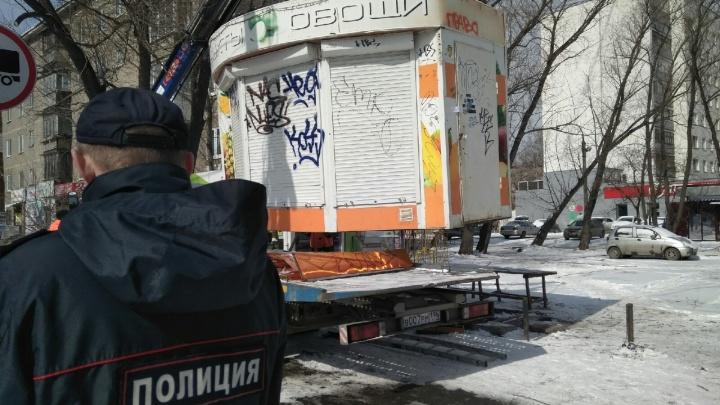 «Подключаются к электричеству незаконно»: с Уралмаша и Эльмаша вывезли нелегальные киоски