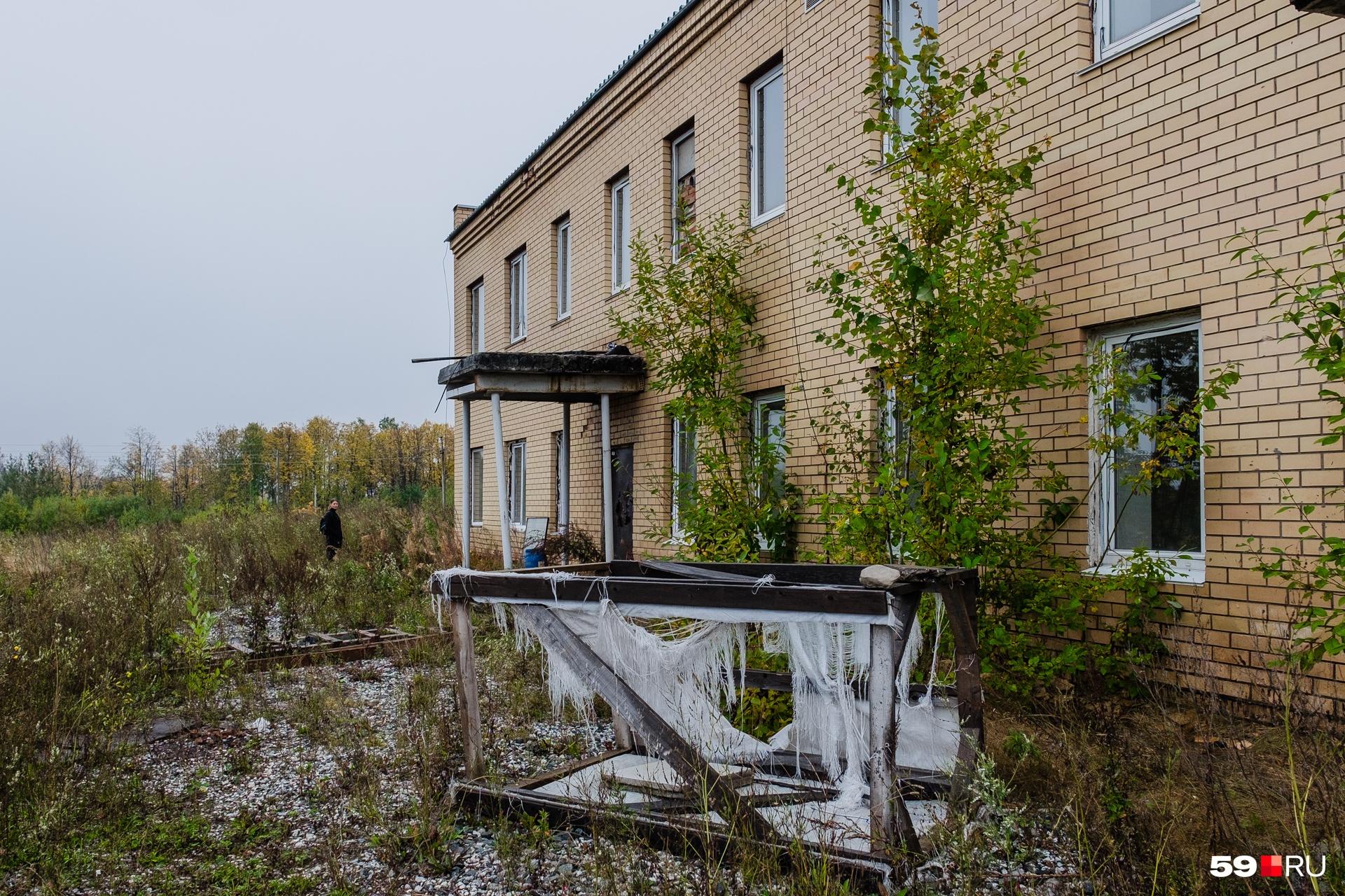 По всей территории комплекса крематория стоят брошенные строителями конструкции