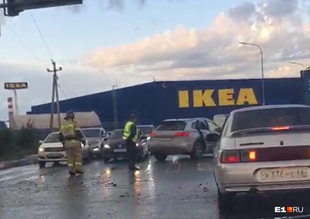 Объездная встала в пробку из-за массового ДТП с пятью пострадавшими