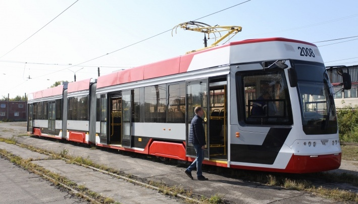 В Челябинске запускают новый трамвай с «гармошкой». Во время теста он забуксовал