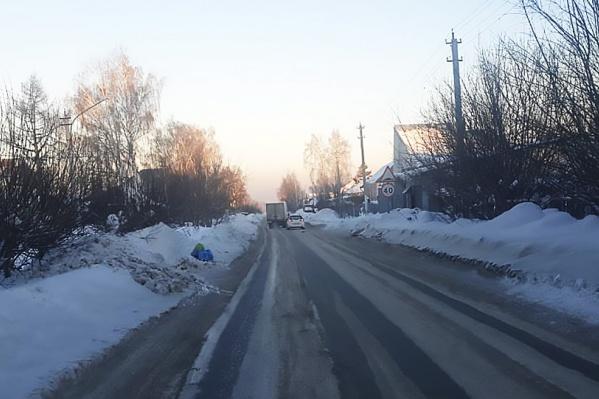 Машины не могут разъехаться из-за лежащего на дороге снега