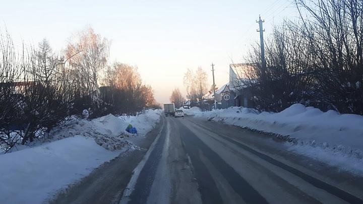 Даже зеркала ломают: встречные автобусы не могут разъехаться из-за снега на обочинах