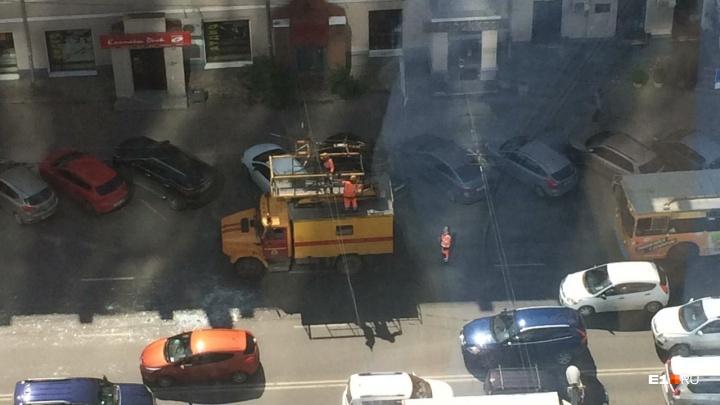 В центре Екатеринбурга из-за баскетбольного щита, упавшего на провода,встали троллейбусы