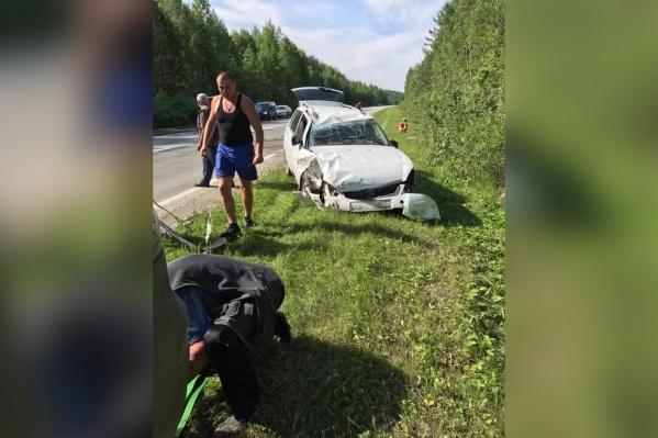 На фото Дмитрий Панов отцепляет от своей машины трос