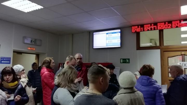 «Дышать нечем»: из-за двойных квитанций в офисе энергосбытовой компании Челябинска скопились очереди