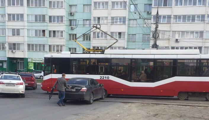 «Хонда» врезалась в трамвай с пассажирами на Троллейной