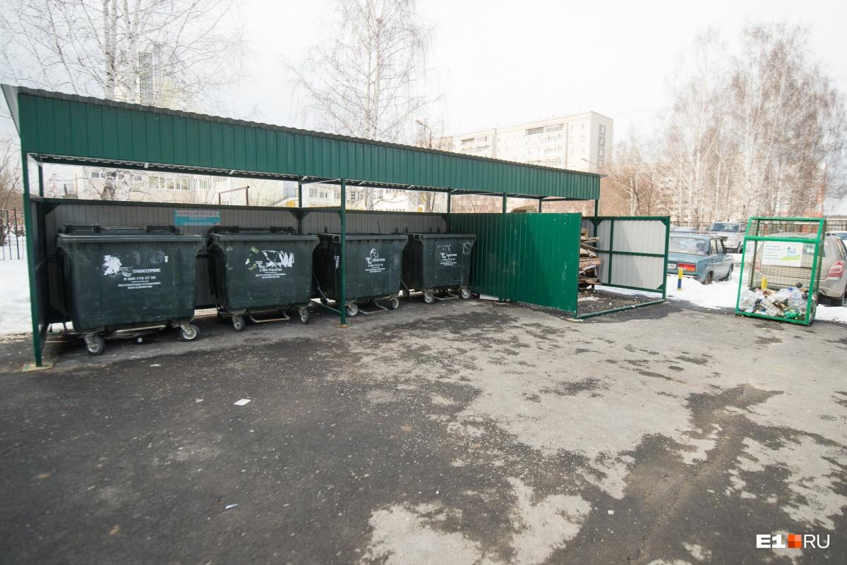 Так выглядит контейнерная площадка: 4 мусорных бака, сетка под пластик, отсек под крупногабаритные отходы