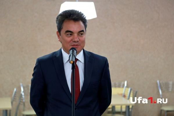Поздравить с днем рождения команду сайта пришел глава администрации Ирек Ялалов