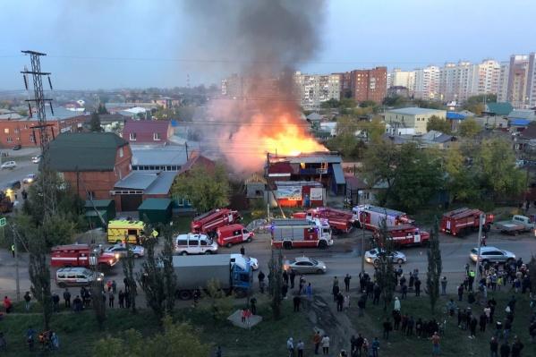 Пожар стал причиной настоящего столпотворения. Множество местных жителей наблюдает за тем, как спасатели борются с огнём