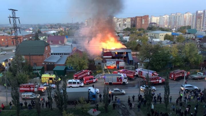 В Омске на улице Хмельницкого загорелся жилой дом: его пытаются потушить 45 пожарных