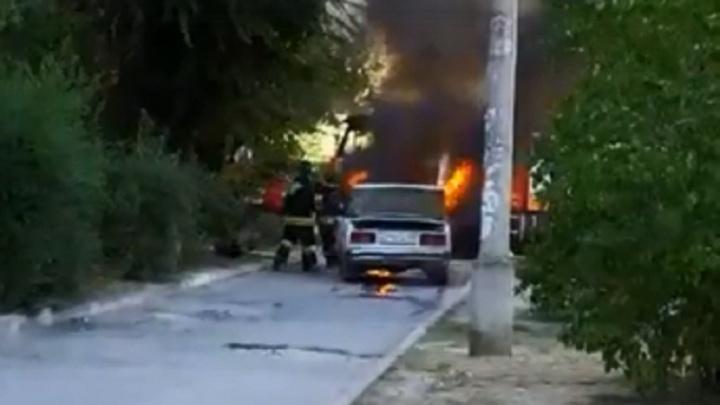 «Молодёжь ехала с неисправным сцеплением и спущенным колесом: в Волгограде сгорела «пятёрка»