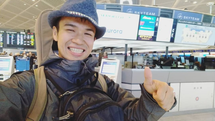 Бродячий музыкант из Японии путешествует по России. Сегодня поет песни на улицах Красноярска