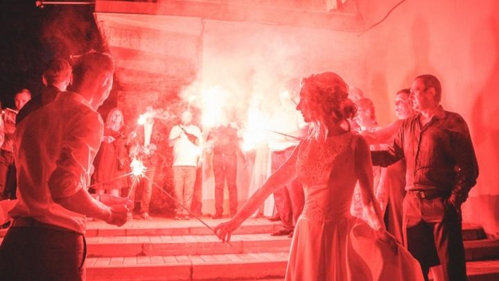 Ярославские телевизионщики устроили в честь своей свадьбы в центре Ярославля ночное файер-шоу