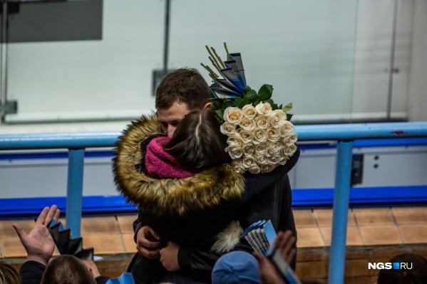 Парень вручил девушке кольцо и шикарный букет белых роз
