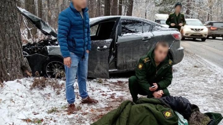 Курсанты военного училища помогли девушке, которая на машине врезалась в дерево