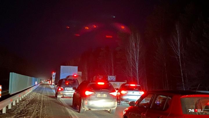 «Машины по полчаса стоят»: на трассе Челябинск — Екатеринбург смертельная авария, возникла пробка
