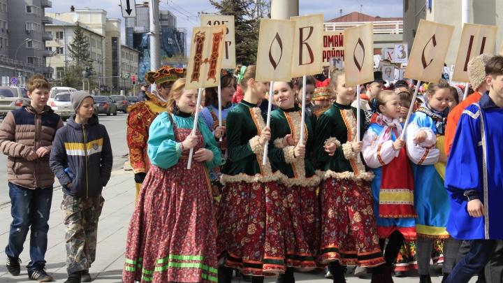 Фото: по Красному проспекту прошли сотни школьников в необычной одежде