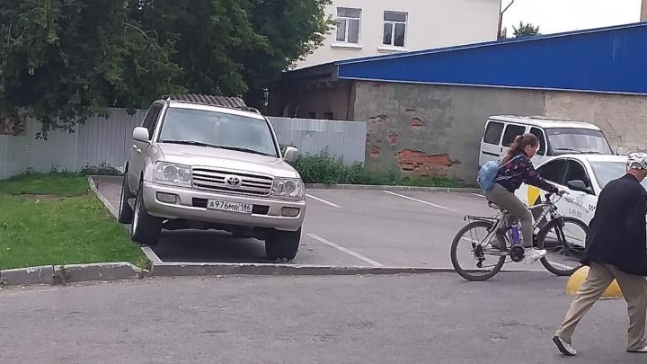 «Я паркуюсь, как...»: автохамы Тюмени «соревнуются», кто круче припаркуется на «зебре»