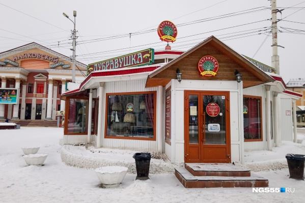 Чиновники утверждают, что здание кафе, стоящее у кинотеатра, построено незаконно