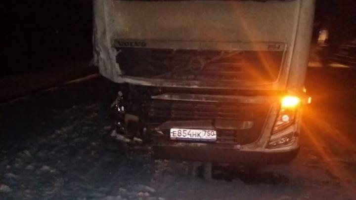 При лобовом столкновении минивэна и фуры на трассе Пермь — Екатеринбург погибла 20-летняя девушка