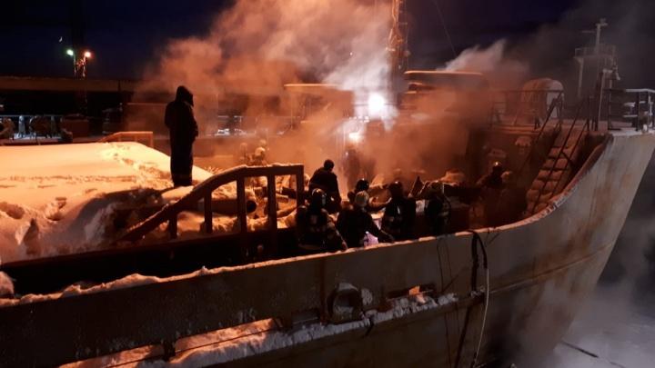 На «Красной Кузнице» тушат пожар на сухогрузе «Святитель Иннокентий»