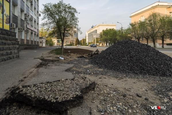 Коммунальный ремонт на одной из центральных улиц Волгограда длится уже больше шести месяцев