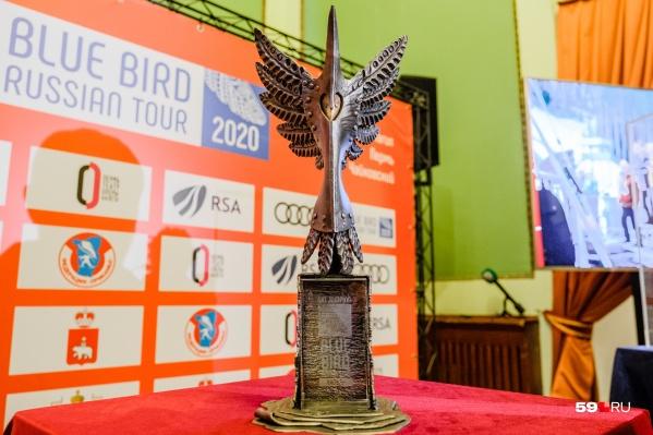 Кубок Русского тура «Синяя птица» создала пермский кузнец Ольга Стенно и сварщики, взяв за основу пермский звериный стиль
