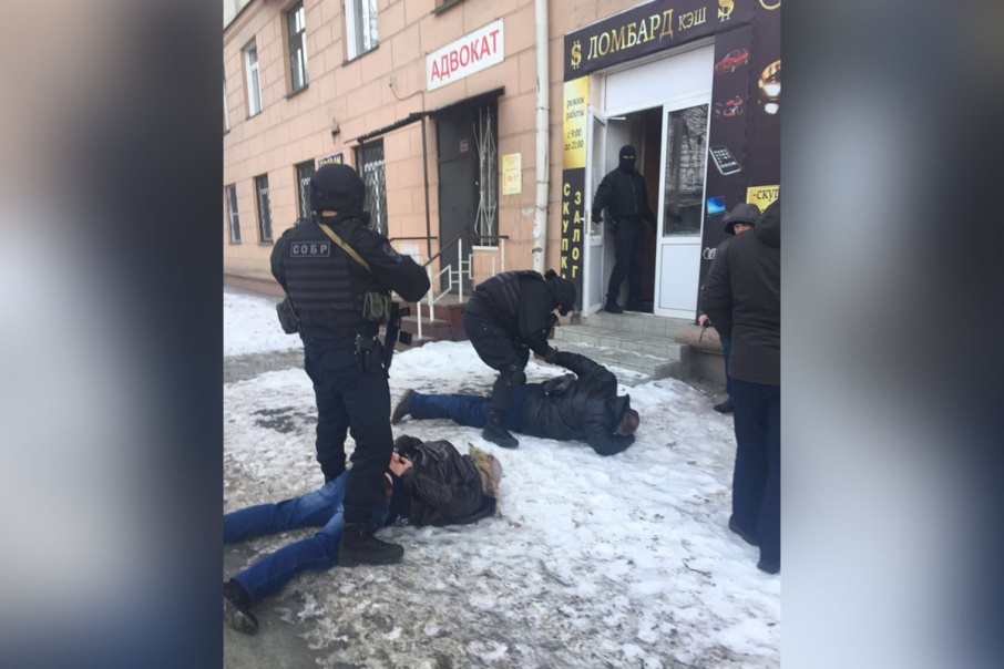 После передачи денег оперативники жёстко уложили Олега Хотима и посредника лицом в снег