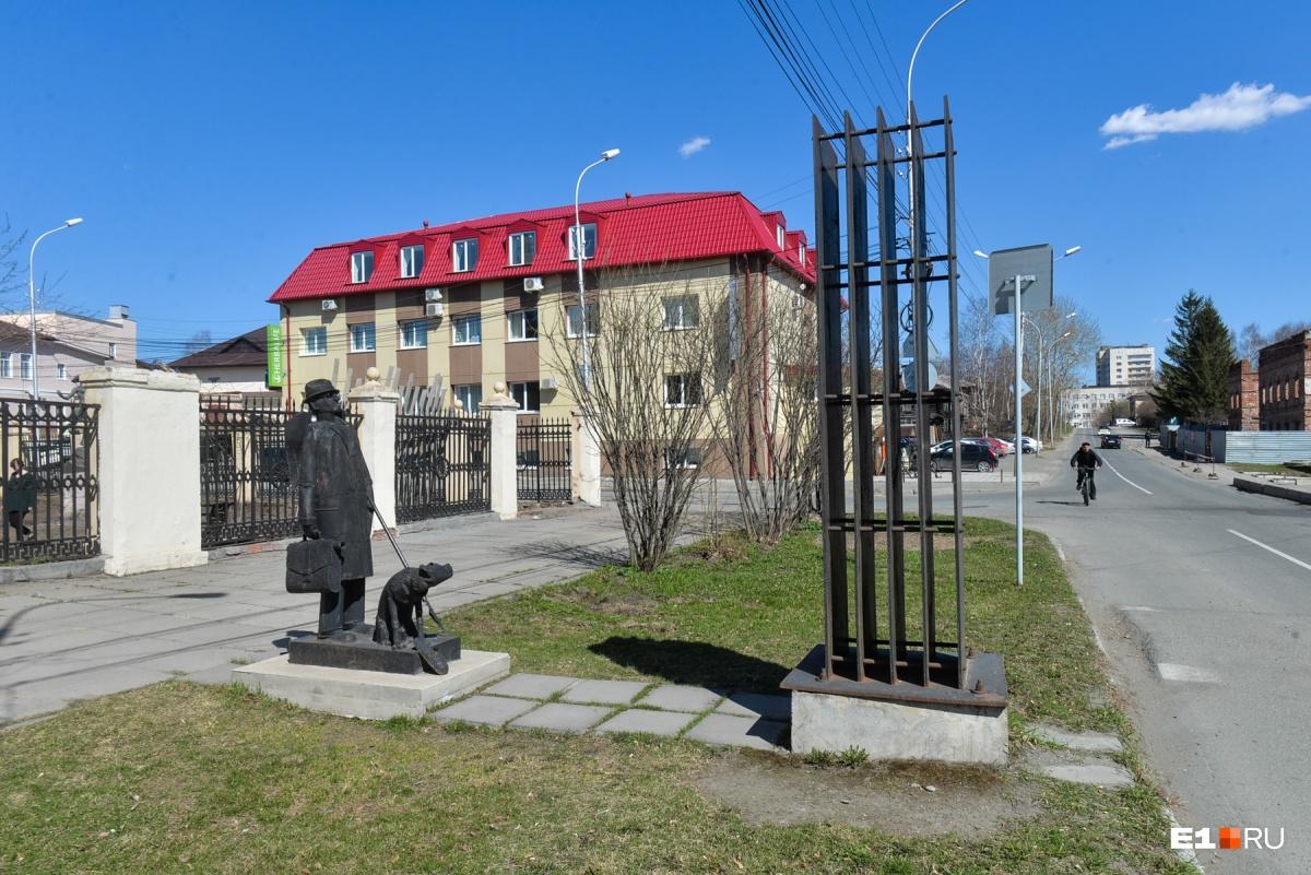 Перед Музеем изо стоит памятник тагильскому металлу современного художника Владимира Наседкина. На произведение искусства удивленно глядит металлический тагильчанин с собачкой