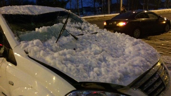 В Ярославской области ледяная глыба проломила стекло у иномарки
