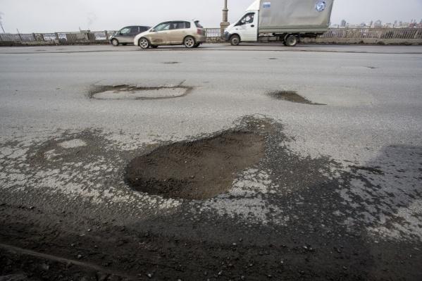 В некоторых местах моста ямы довольно глубокие — в них можно запросто пробить колесо